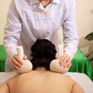 Massage tibétain aux pochons de sels chauds